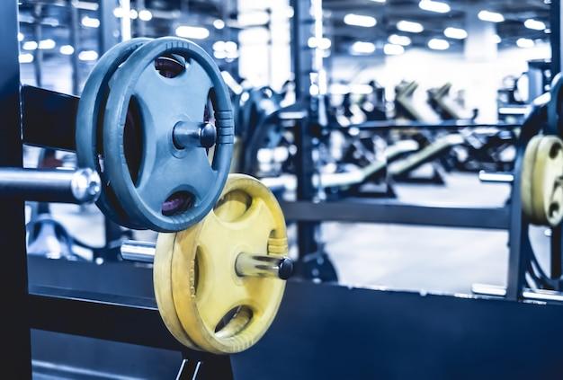 Sluit omhoog op staafgewichten in lichte moderne atletische club