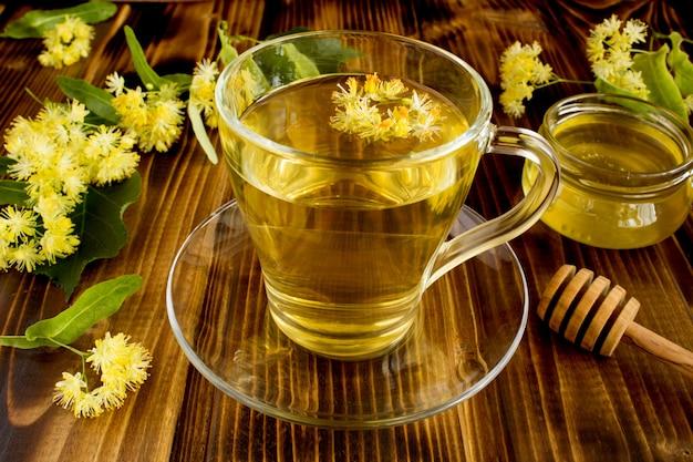 Sluit omhoog op thee met linde en honing