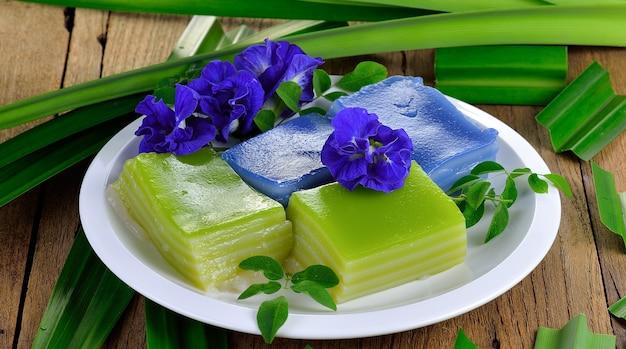 Sluit omhoog op traditioneel thais dessert op een plaat