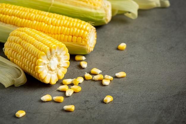 Sluit omhoog op vers maïs klaar om te eten