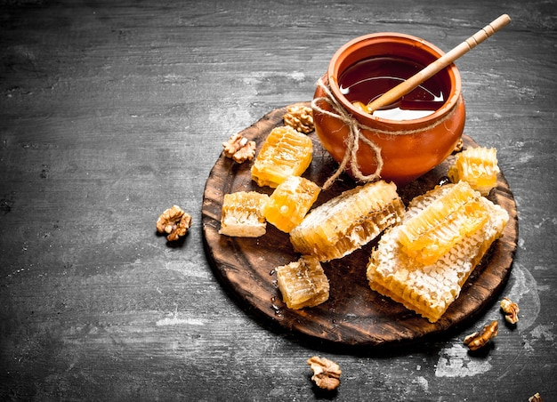 Sluit omhoog op verse honing in de pot met de noten