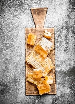Sluit omhoog op verse honingraat op het bord