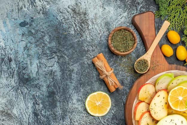 Sluit omhoog op verse natuurlijke appelschijfjes met ingrediënten
