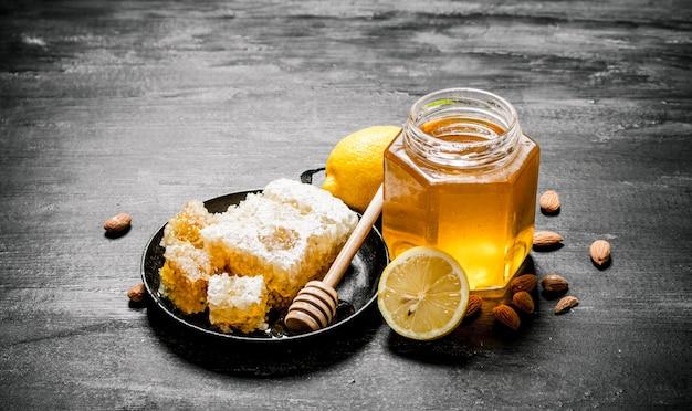 Sluit omhoog op verse zoete honing met citroen