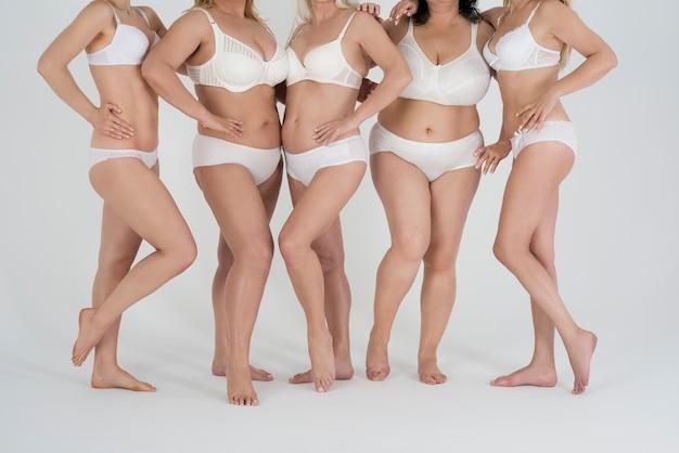 Sluit omhoog op volwassen vrouwen in ondergoed