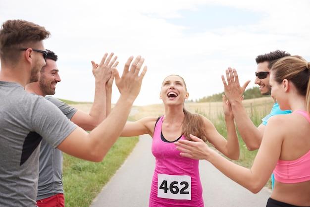 Sluit omhoog op vrouw die de marathon wint