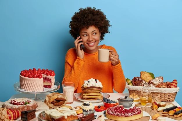 Sluit omhoog op vrouw die een gezonde zoete maaltijd heeft