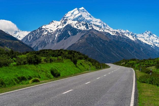 Sluit omhoog op weg die naar berg leidt