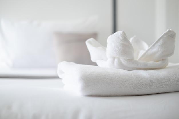 Sluit omhoog op witte handdoek op bed