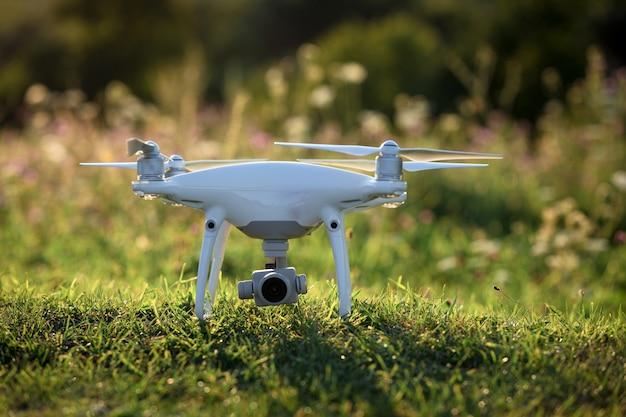 Sluit omhoog op witte hommelcamera. hommel quadcopter tijdens de vlucht