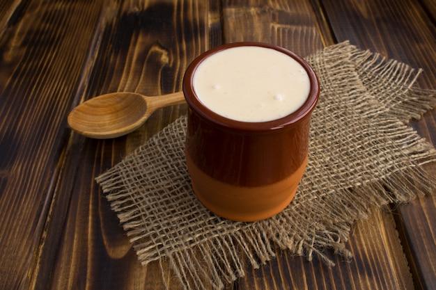 Sluit omhoog op zelfgemaakte ryazhenka in ceramische kruik