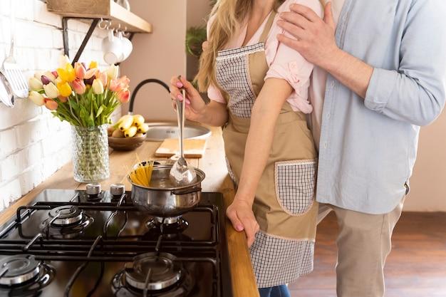 Sluit omhoog paar dat samen kookt