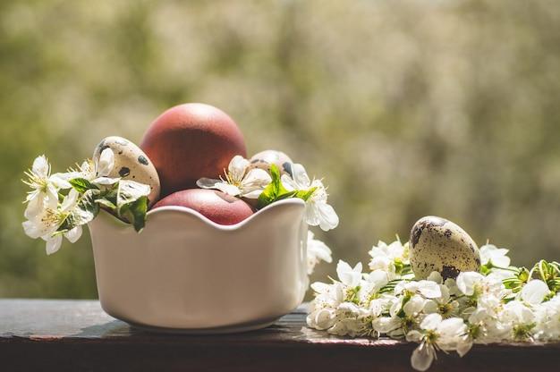 Sluit omhoog paaseieren met bloemen