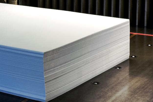 Sluit omhoog pak van lege witboeken