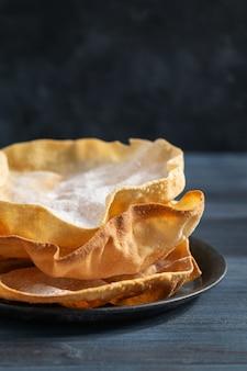 Sluit omhoog papadum of papad traditioneel indisch voedsel, vegetarisch brood van linzen of bonen. eten populair in nepalese, pakistaanse, indiase en bengaalse keukens