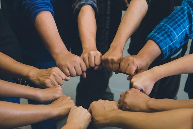 Sluit omhoog partij van hand zettend voor het samenwerken, succes bedrijfsconcept