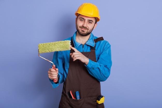 Sluit omhoog portret dat van hersteller is ontsproten die bouwvakker draagt
