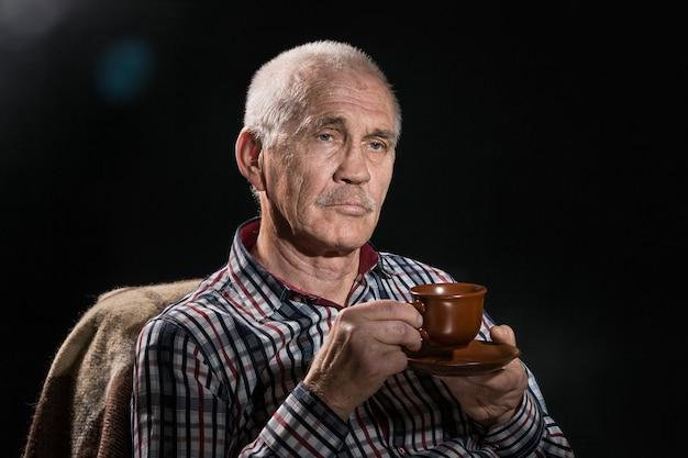 Sluit omhoog portret van bejaarde