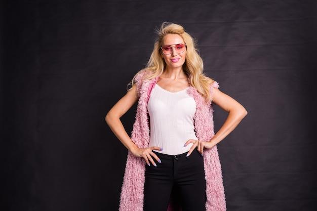 Sluit omhoog portret van blond model gekleed in wit overhemd en roze