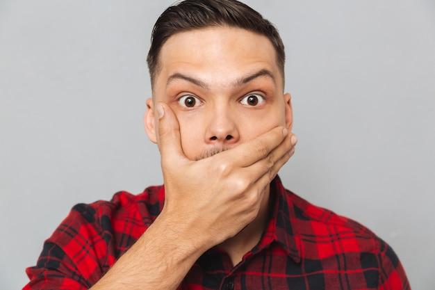 Sluit omhoog portret van de geschokte mens die zijn mond behandelt