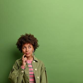 Sluit omhoog portret van een aantrekkelijke jonge geïsoleerde vrouw Gratis Foto