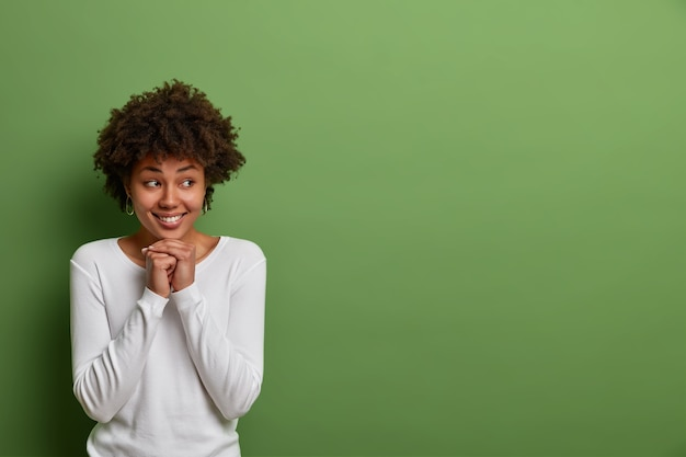 Sluit omhoog portret van een aantrekkelijke jonge geïsoleerde vrouw
