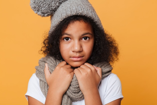 Sluit omhoog portret van een bevroren afro amerikaans meisje