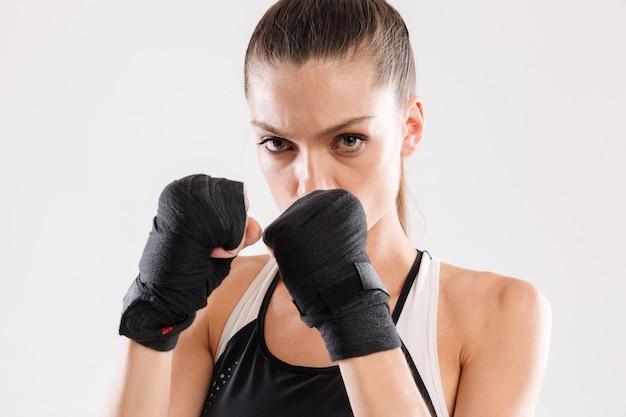 Sluit omhoog portret van een geconcentreerde geconcentreerde sportvrouw