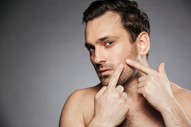 Sluit omhoog portret van een geconcentreerde shirtless mens