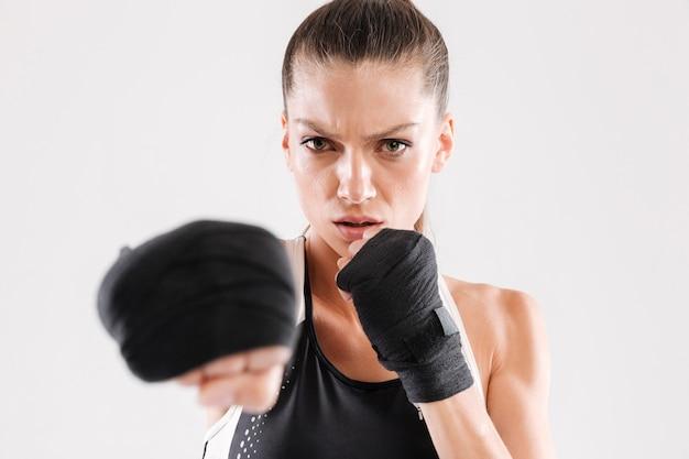 Sluit omhoog portret van een geconcentreerde sportvrouw