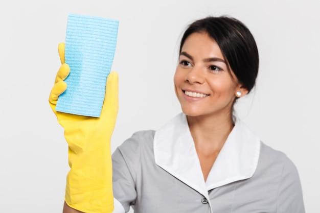 Sluit omhoog portret van een gelukkige blije huishoudster