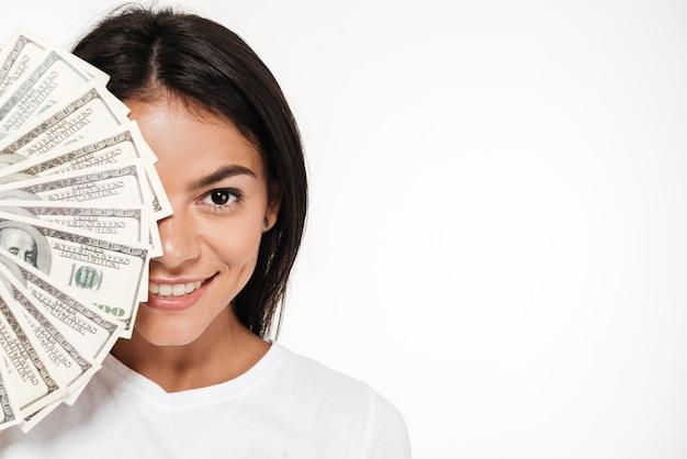 Sluit omhoog portret van een glimlachende aantrekkelijke vrouw