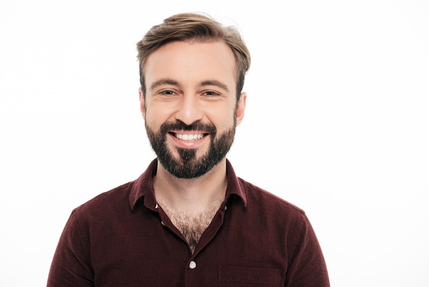 Sluit omhoog portret van een glimlachende jonge gebaarde man