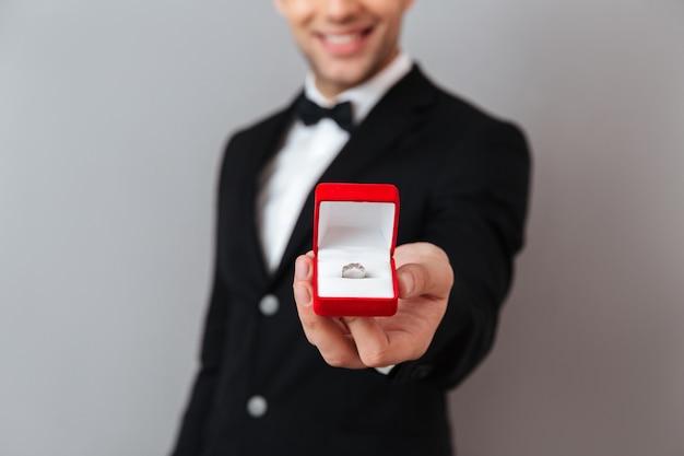 Sluit omhoog portret van een glimlachende mens gekleed in smoking