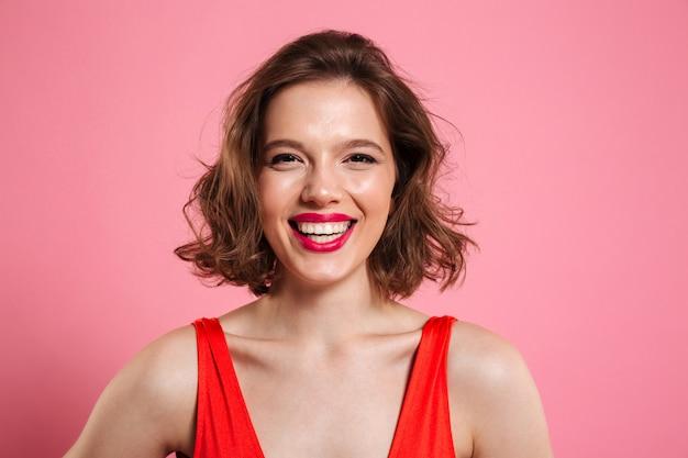 Sluit omhoog portret van een glimlachende vrolijke vrouw