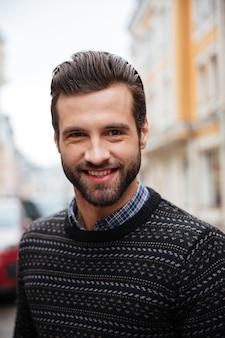 Sluit omhoog portret van een jonge glimlachende mens