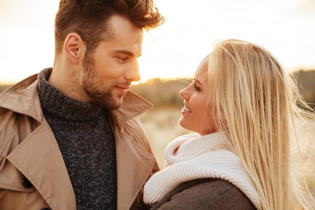 Sluit omhoog portret van een knap paar in liefde