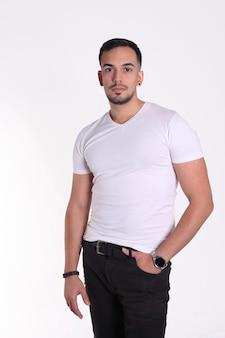 Sluit omhoog portret van een knappe mens in witte t-shirt