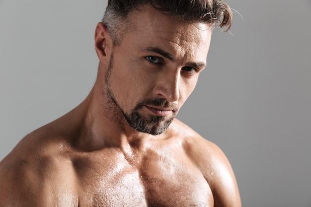 Sluit omhoog portret van een knappe spier rijpe shirtless mens