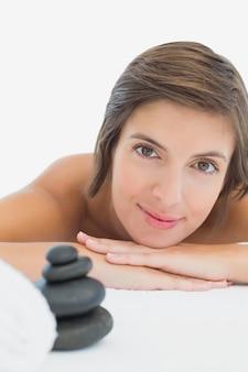 Sluit omhoog portret van een mooie jonge vrouw op massagelijst