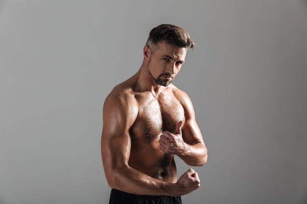 Sluit omhoog portret van een sterke rijpe shirtless sportman