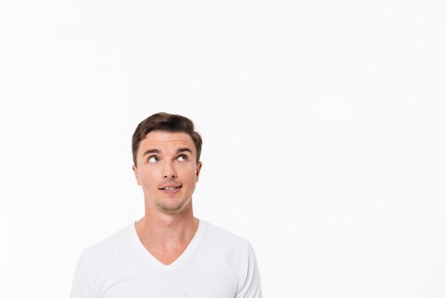 Sluit omhoog portret van een toevallige mens in witte t-shirt