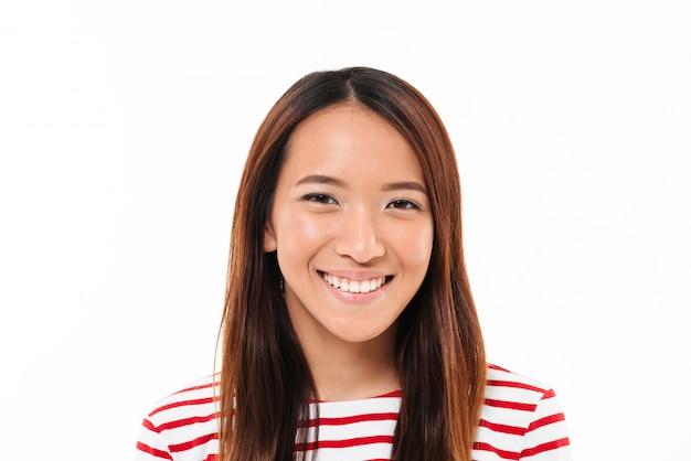 Sluit omhoog portret van een vrolijk jong aziatisch meisje