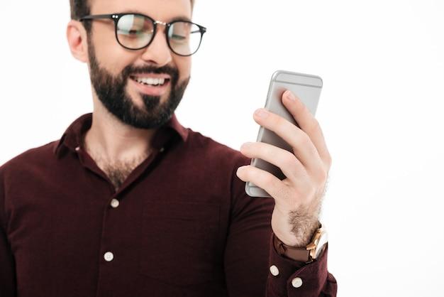 Sluit omhoog portret van een vrolijke jonge mens in eyewear