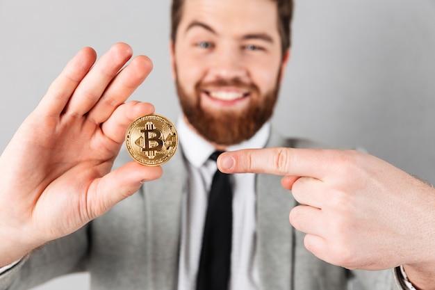 Sluit omhoog portret van een vrolijke zakenman