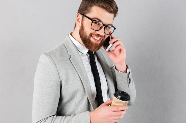 Sluit omhoog portret van een zekere zakenman gekleed in kostuum