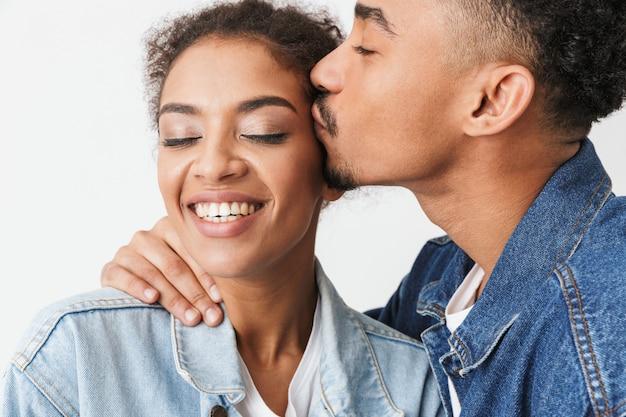 Sluit omhoog portret van het gelukkige jonge afrikaanse paar kussen