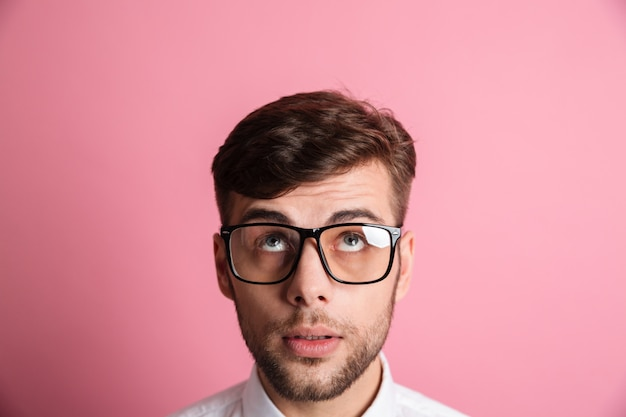 Sluit omhoog portret van het gezicht van een nadenkende mensen