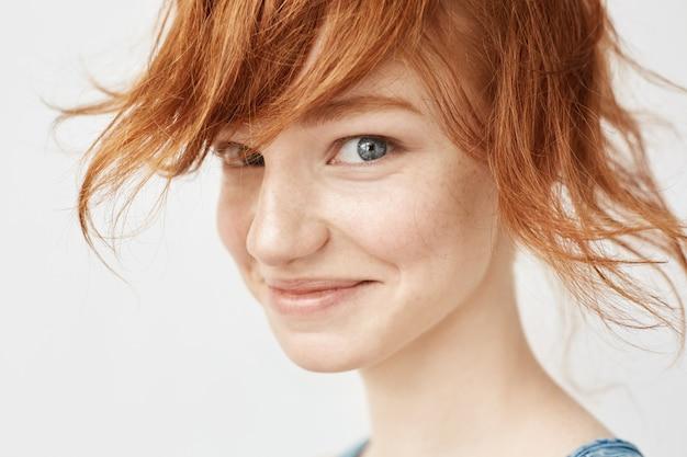 Sluit omhoog portret van het grappige roodharigevrouw glimlachen.