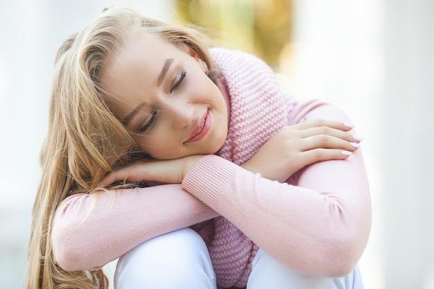 Sluit omhoog portret van jonge mooie vrouw in openlucht. dame in het voorjaar aantrekkelijk meisje in de herfst of najaar. stedelijke vrouw.
